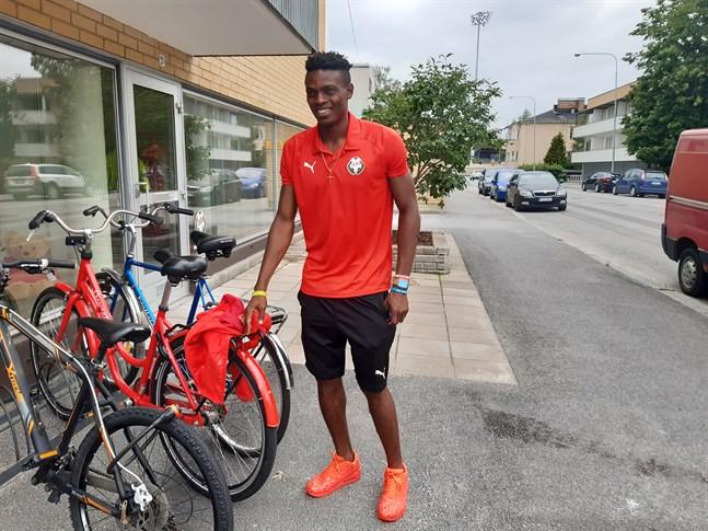I stället för en röd Ferrari i Italien är det nu en röd cykel som gäller för Stanley Amuzie i Jaro.