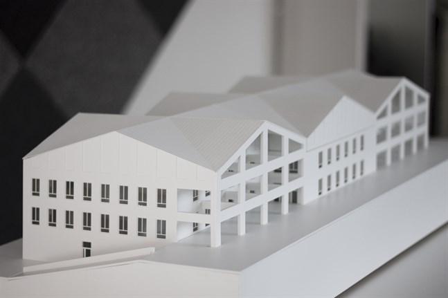 Modell av nya Närpes högstadieskola. Entreprenörerna för mångmiljonprojektet är klara.