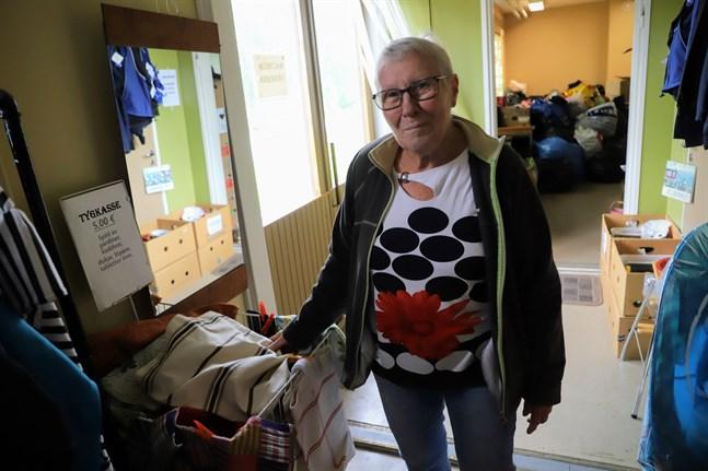 Anna-Mi Björkqvist ser till att saker kommer till användning igen i stället för att slängas. Hon ansvarar för Baltikumvännernas klädinsamling.