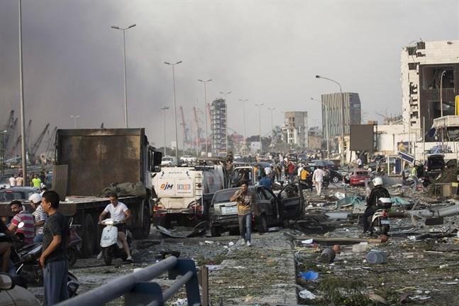 Människor evakuerar skadade.