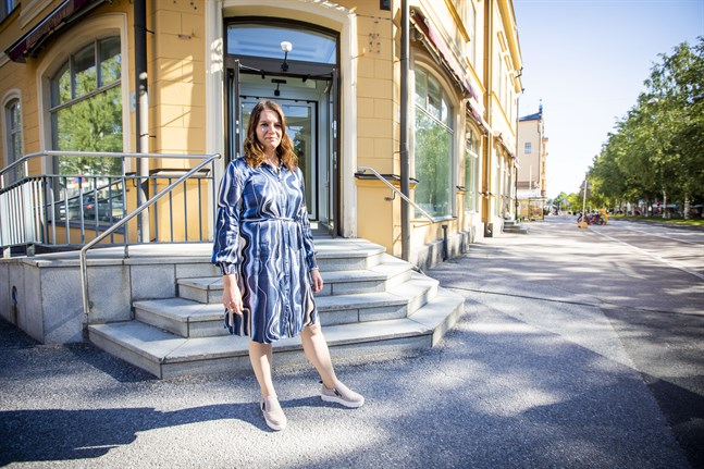 Jessica Piispanen älskar att baka och har länge letat efter en lokal där hon kan uppfylla sin dröm. Nu har hon hittat den perfekta på Hovrättsesplanaden.