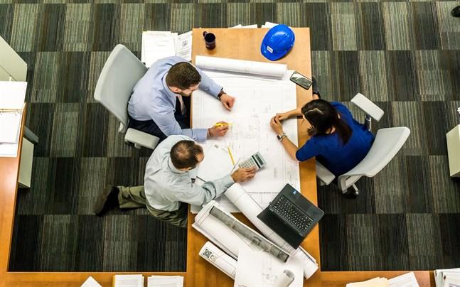 Nära kontakter mellan anställda, kunder och samarbetspartner på arbetsplatserna ska fortsättningsvis begränsas, skriver Arbetshälsoinstitutet.