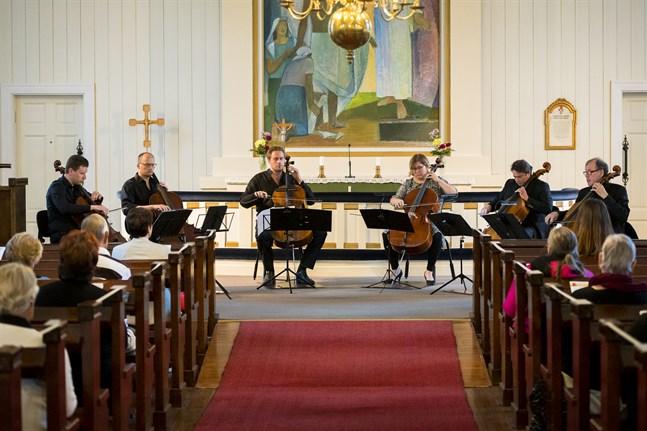 Total Cello Ensemble är (från vänster) Tuomas Lehto, Jussi Vähälä, Tuomas Ylinen, Sirja Nironen, Samuli Peltonen och Hannu Kiiski.