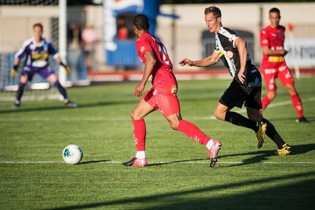Ville Koskimaa i VPS var ofta ett rundningsmärke för Anthony Olusanya & Co i Jaro i det förra derbyt i Jakobstad.