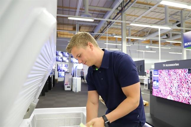 Niko Aittiokallio är butikschef vid Gigantti i Vasa. Han berättar efterfrågan på frysboxar har varit exceptionellt den här sommaren.