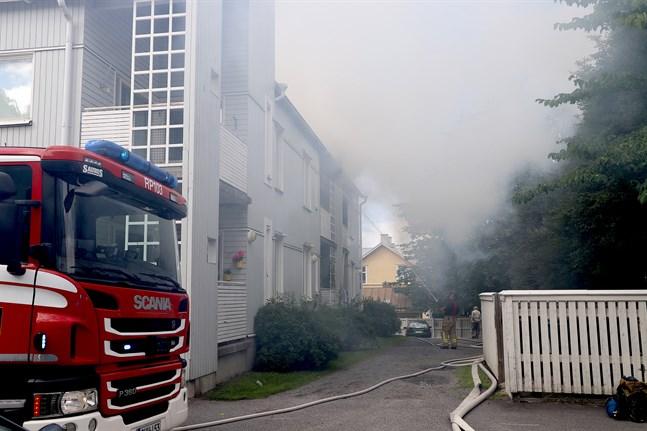 Rökutvecklingen var kraftig i kvarteret kring Formansgatan på torsdagen.