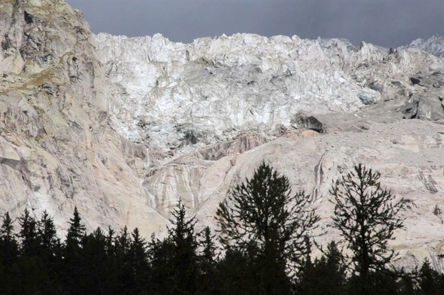 Ett enormt isblock från glaciären Planpincieux på Mont Blancmassivet riskerar att kollapsa.