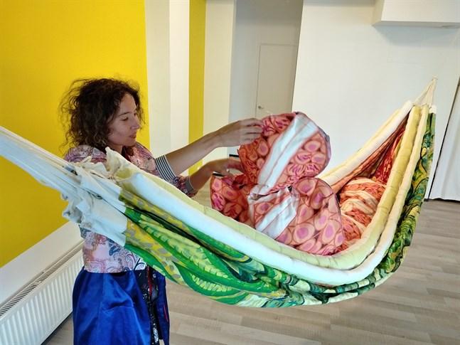 """Anneli Holmström och """"Membrane""""-verket som visas på Black Box Genesis gallery i Vasa."""