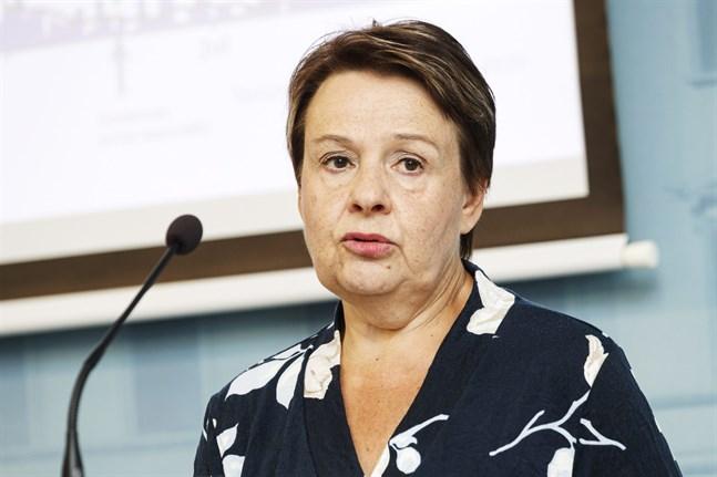Kanslichef Kirsi Varhila på social- och hälsovårdsministeriet under dagens presskonferens.