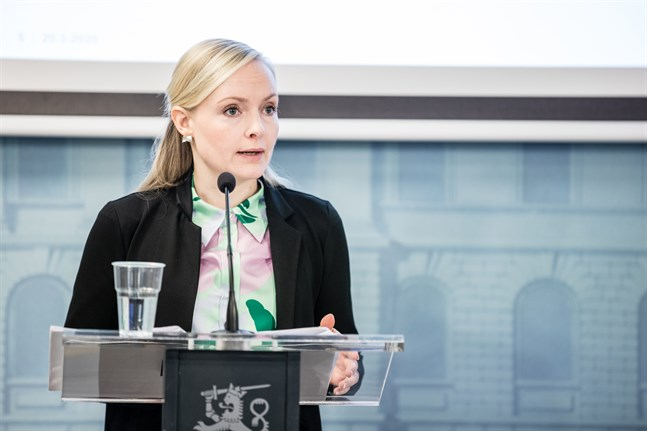 Inrikesminister Maria Ohisalo skriver på Twitter att en betydande del av de nya virusfallen i Finland har koppling till resande. Därför fortsätter Finland att begränsa inresor.