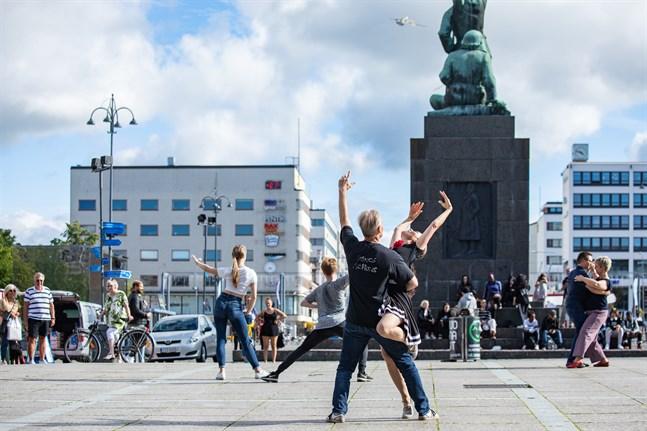 Dansföreningen Rolling visade upp olika dansstilar på torget under konstens natt.