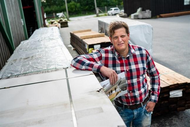 Stefan Esselström är återförsäljare för Kiiruna Hus vid Axelia i Jakobstad.