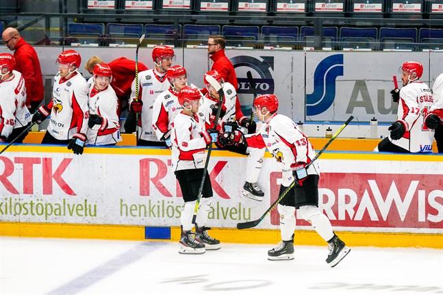 Valtteri Viljanen (i mitten) satte Sports första mål på straff i första perioden.