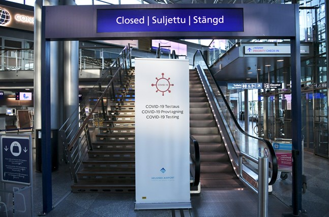 Över hundra resenärer från Bukarest slussades till coronatestning på Helsingfors-Vanda flygplats på fredagskvällen.
