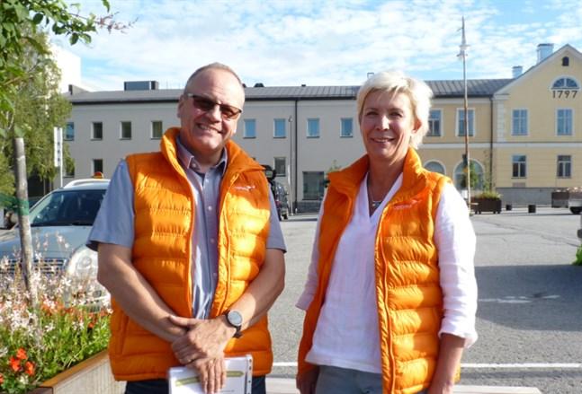 Conny Englund och Kerstin Ström var på plats på torget i Jakobstad under torsdagskvällen och berättade om de nya utbildningarna.