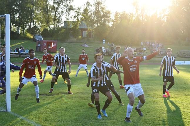 Kaskö IK oroade ofta i VPS-Akatemias straffområde i den andra halvleken. Jonas Granfors närmast i bild stod för Kaskölaget bägge mål.