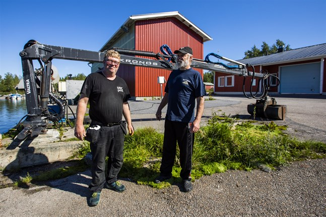 Tom Blom och Rikhard Söderholm är nöjda med lösningen som innebär att Sundom Fiskargille tar över Långskärs fiskehamn.