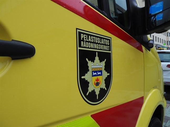 Ambulans tillkallades platsen. Fem personer hade skadats i dikeskörningen.