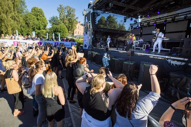 Jag hoppas att regeringen ser helheten och inser att en publikmängd om 50-500 personer måste införas, skriver Thomas Enroth. Bilden är tagen på Vasa Festival den 7 augusti.