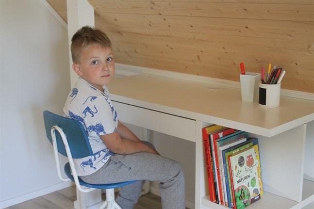 Matti Hellman, 6 år, har ett välstädat skrivbord i sitt rum – enkom för läxläsning.