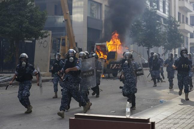 Libanesiska säkerhetsstyrkor försöker skingra demonstranterna i Beirut som protesterar mot regimen.