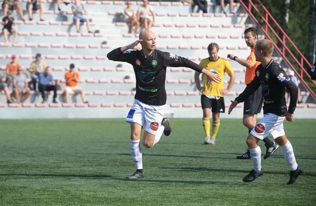 Rasmus Korkea-Aho firar sitt drömmål som blev matchvinnande.