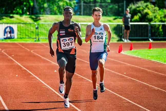 Ive Ntumba (till vänster) hade hand om ankaretappen då Vasa IS pojklag (17 år) tog FM-silver på 4 x 100 meter i Kotka på lördagen.