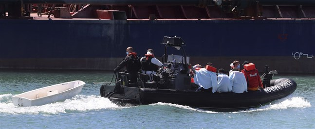 Migranter tas om hand i Dovers hamn tidigare i veckan.