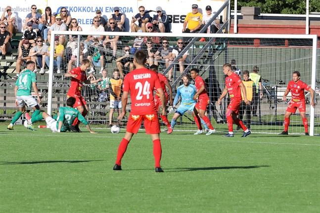 Jaros sista utpost Emil Öhberg styr upp försvarsspelet.