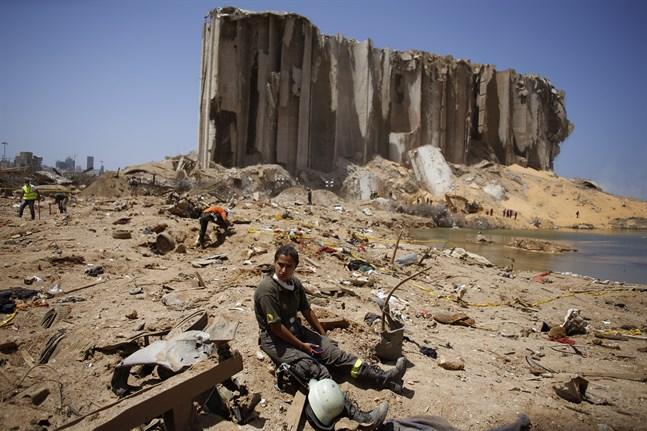 En räddningsarbetare tar en paus i sökandet efter fler offer i explosionen i Beiruts hamn.