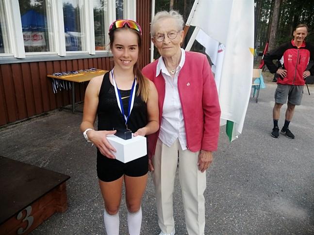 Rebecca Sandnäs tillsammans med prisutdelaren, OS-guldmedaljören från 1956, den 95-åriga Siiri Rantanen.