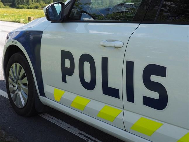 Polisen konstaterade att vägen var glashal vid en avkörning på Åsbackavägen sent på tisdagskvällen.