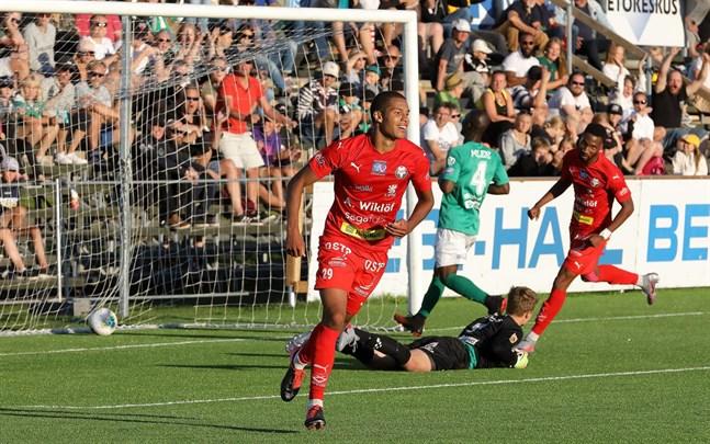 Anthony Olusanya räddade en poäng för Jaro med sitt mål. Här har han nätat mot KPV.