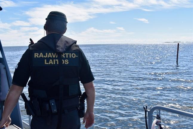 Sjöbevakningen ska inspektera den båt som fastnade på ett grund i Larsmo skärgård på måndagen.