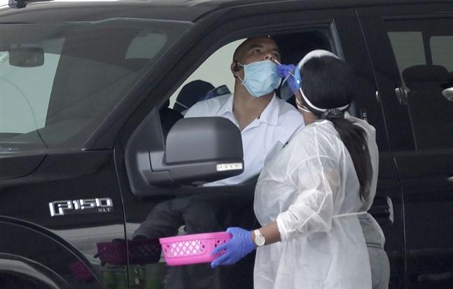 En vårdarbetare utför coronatester i Miami Gardens förra veckan.