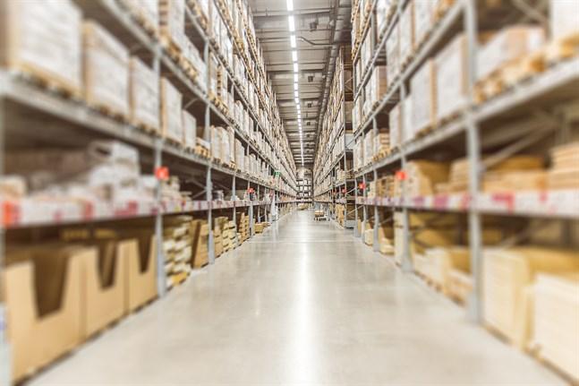 Nätjätten Amazon etablerar sig i Sverige. På sikt innebär det skärpt konkurrens för näthandeln i Finland, tror forskare.