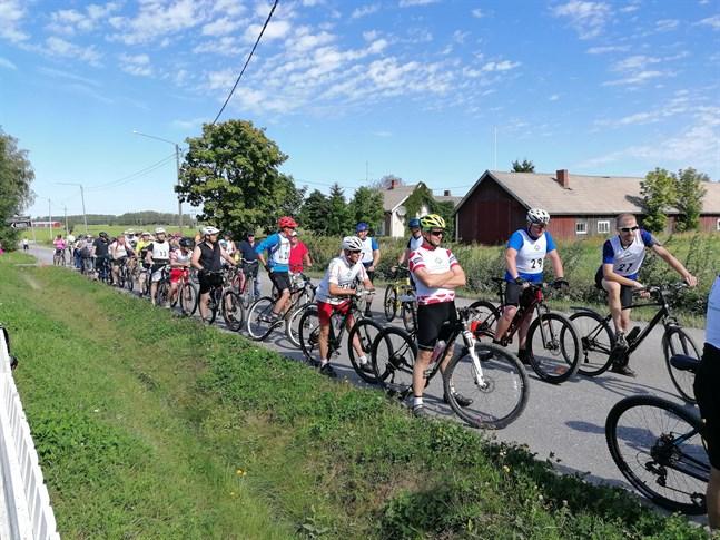 Deltagarna uppradade för start i motionsevenemanget Tre byars runda.