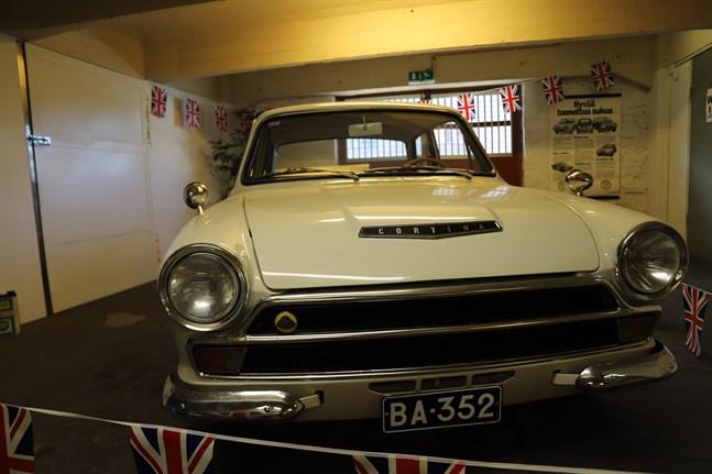 Den brittiska polisen köpte Lotus Cortina för att hinna fatt tjuvar i biljakter. Men polisen fick se sig slagen när gangstrarna skaffade Jaguar E-type.