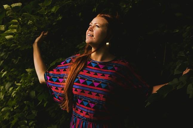 När hon släpper egen musik använder sig Charlotta Kerbs av artistnamnet Charlotta Curves.