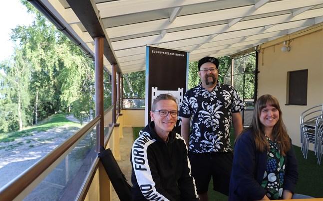 """Jukka Rajala (längst till vänster), Pekka Karppinen och Anni Fahler på terrassen där """"Rudeboy: The Story of Trojan Records"""" visas på fredag."""