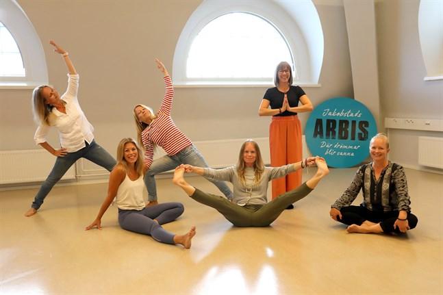 Yoga är en motionsform som i normala fall erbjuds av Arbis i Jakobstad.