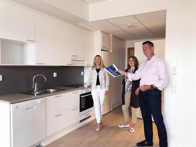 Katja Rajala (till vänster), Sari Saarikoski och Niklas Björkman är glada över att erbjuda en ny form av service för  seniorer i husbolaget Smedsby Stjärna. Här står de i en tvåa som inte är uthyrd ännu.