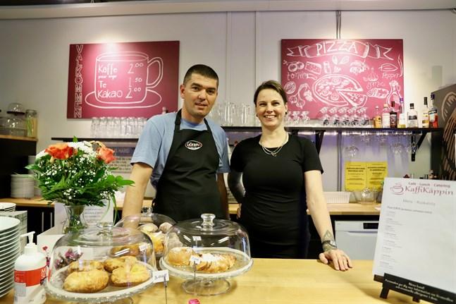 Burim och Katja Memeti är för många kända ansikten i Vasa. Han har jobbat som kock på flera pizzerior och hon har varit servitris och drivit en tatuerings- och piercingstudio.