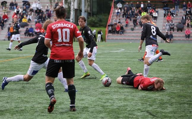 Jussi Roiko i GBK har fått bita i gräset efter en duell med Teemu Järvenlahti (8) i JBK.
