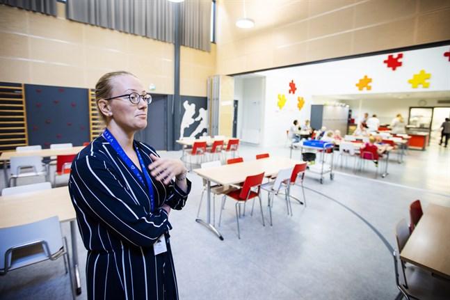Miia Raunio ståendes i det rum som vanligtvis är gymnastiksalen, i bakgrunden syns den skiljevägg mellan matsalen och gymnastiksalen som nu är borttagen.