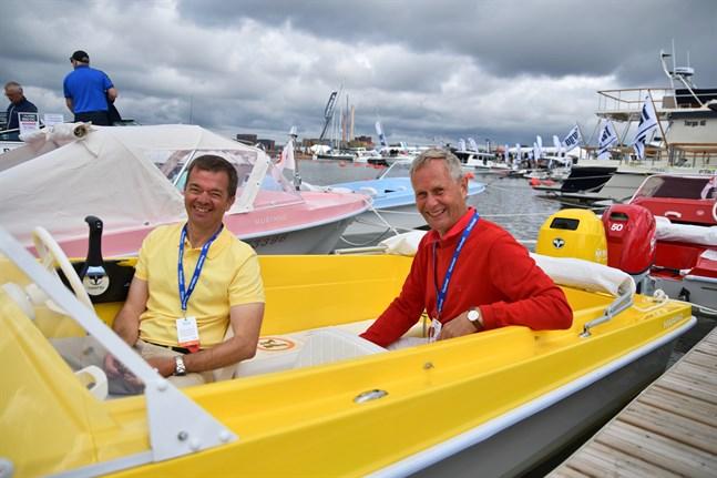 Matz Blechingberg, försäljningschef och Ben Fagerström, delägare, vid Marino visar upp sina båtar Swing och Mustang på båtmässan på Drumsö.