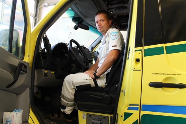 Ambulans på väg till ett uppdrag kan larmas för ett nytt mera brådskande fall. Men det är helt i sin ordning, säger Oskar Hagström, förstavårdschef på Soite.