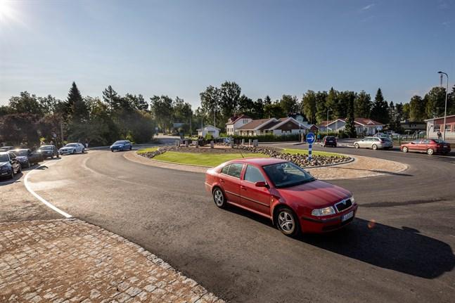 Den nya rondellen vid Smedsby skolcentrum ska underlätta trafiken och göra det tryggare för skolbarnen.