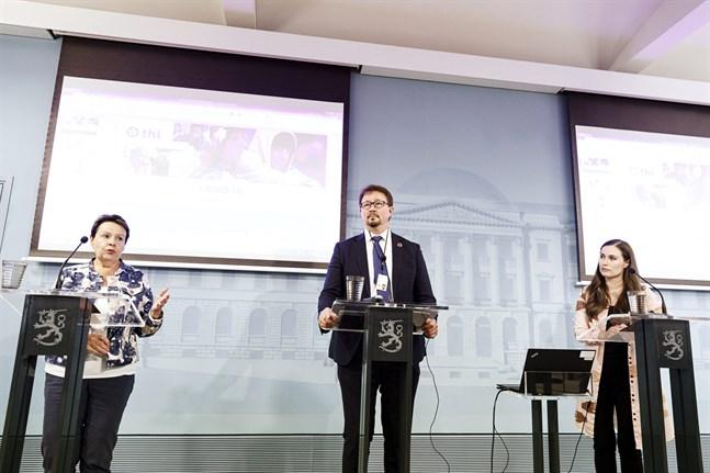 Kirsi Varhila, kanslischef på Social- och hälsovårdministeriet, Mika Salminen, direktör på Institutet för hälsa och välfärd och statsminister Sanna Marin (SDP) på torsdagens presskonferens.