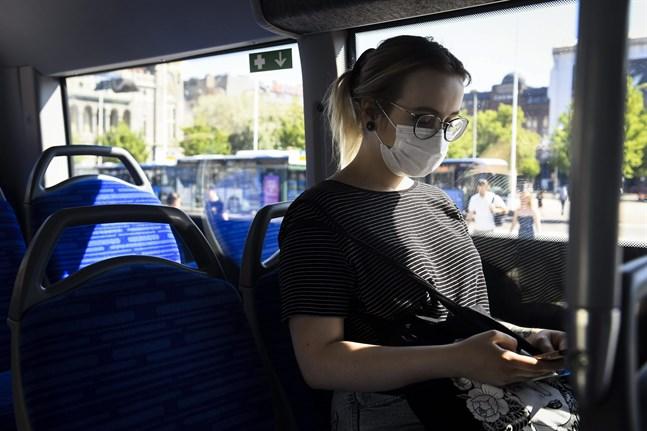 Munskydd rekommenderas i kollektivtrafiken och på allmänna platser där det är svårt att hålla säkerhetsavstånd.
